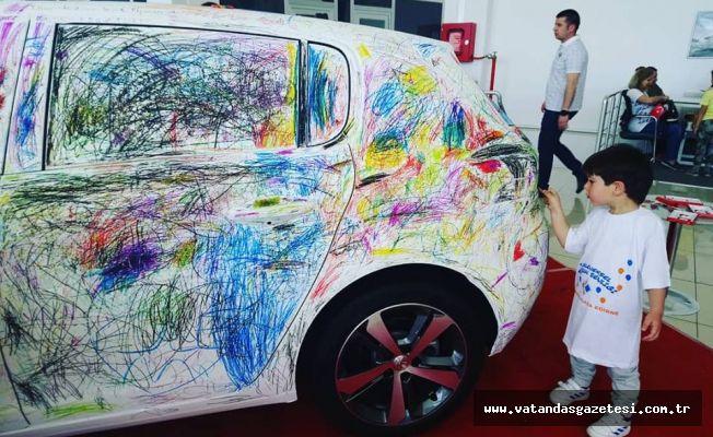 Çocuklar araba boyadı