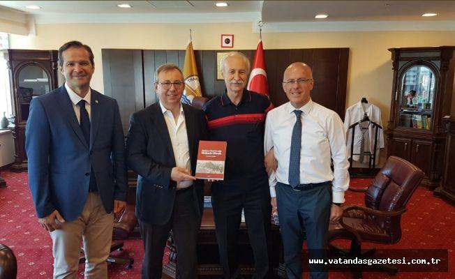 Doç. Dr. Mustafa Hatipler, Rektör Tabakoğlu'na  YENİ KİTABINI TAKDİM ETTİ