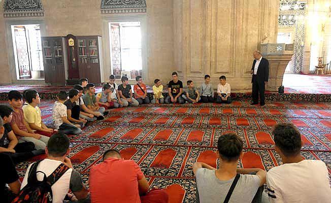 Üzüm, Din Eğitimi için Gelen öğrencilerle Tanıştı